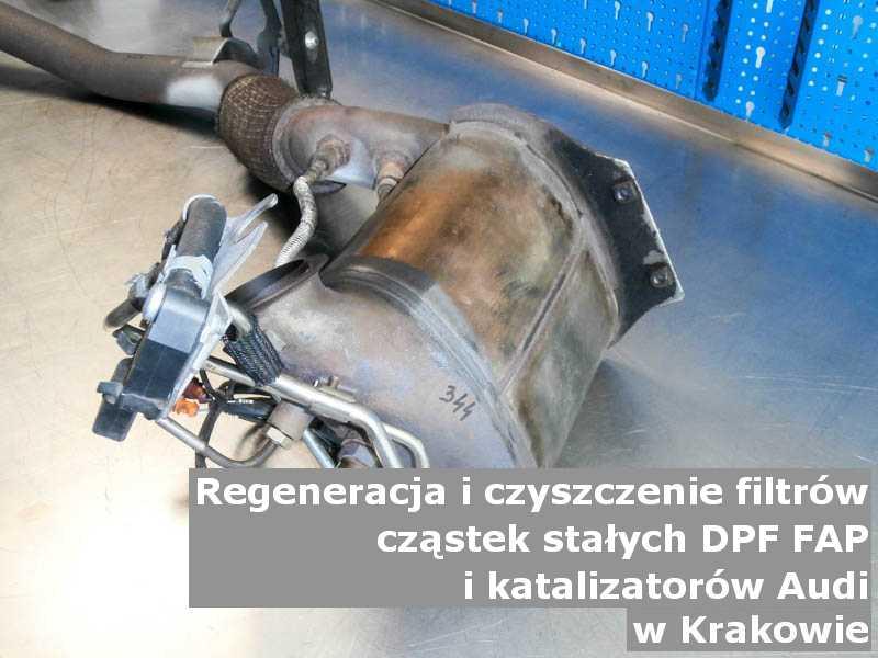 Czyszczony katalizator marki Audi, na stole w pracowni regeneracji, w Krakowie.