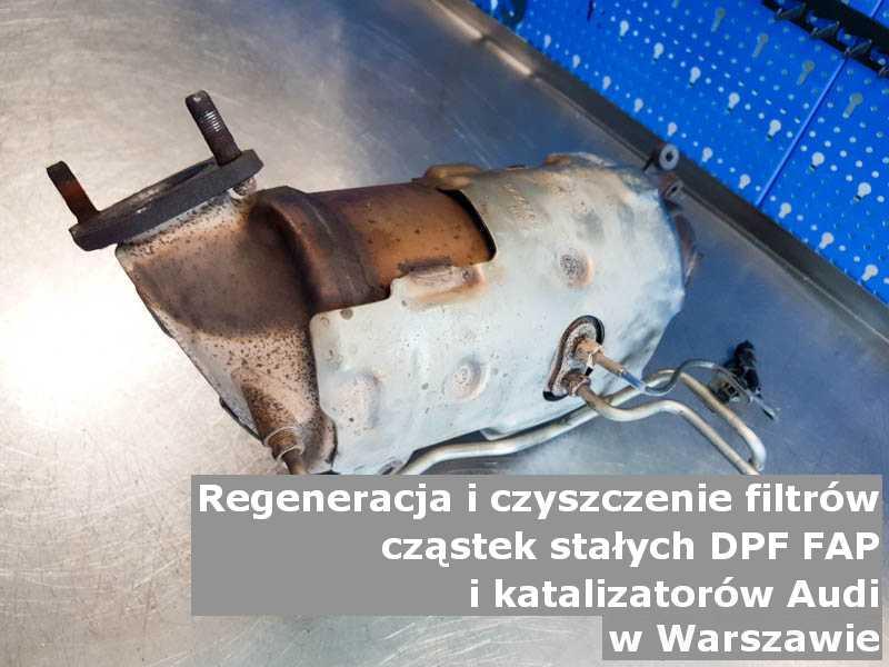 Wypalony katalizator utleniający marki Audi, w pracowni regeneracji na stole, w Warszawie.