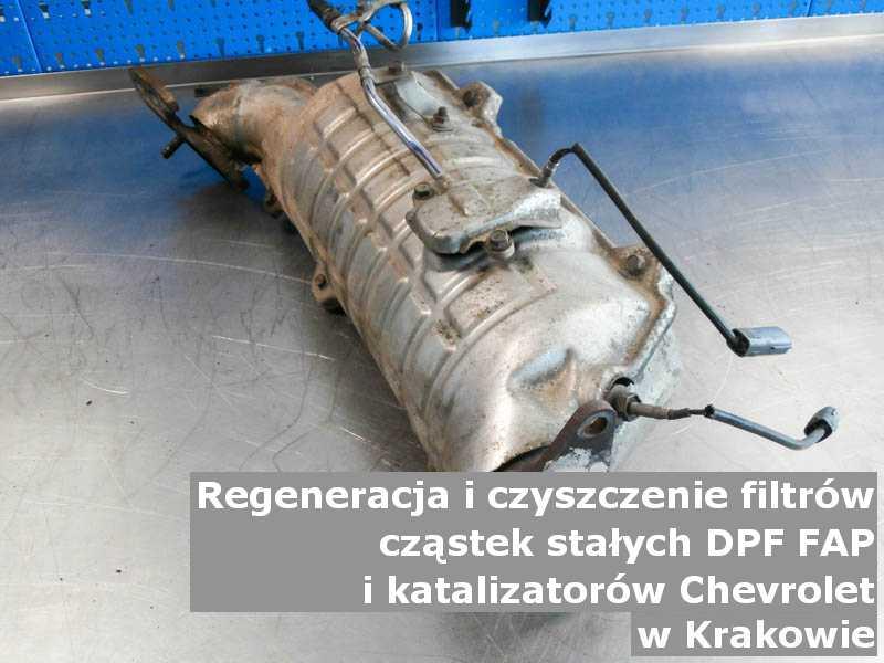 Czyszczony katalizator utleniający marki Chevrolet, w warsztacie, w Krakowie.