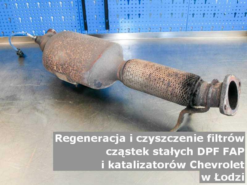 Czyszczony filtr marki Chevrolet, na stole w pracowni regeneracji, w Łodzi.
