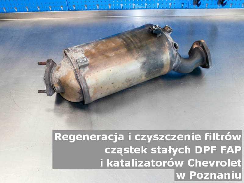 Wypalony z sadzy katalizator samochodowy marki Chevrolet, w warsztatowym laboratorium, w Poznaniu.
