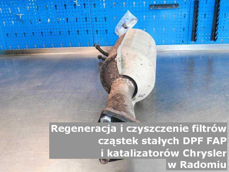Umyty filtr cząstek stałych FAP marki Chrysler, w laboratorium, w Radomiu.