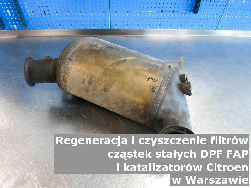 Płukany katalizator samochodowy marki Citroen, w pracowni regeneracji, w Warszawie.