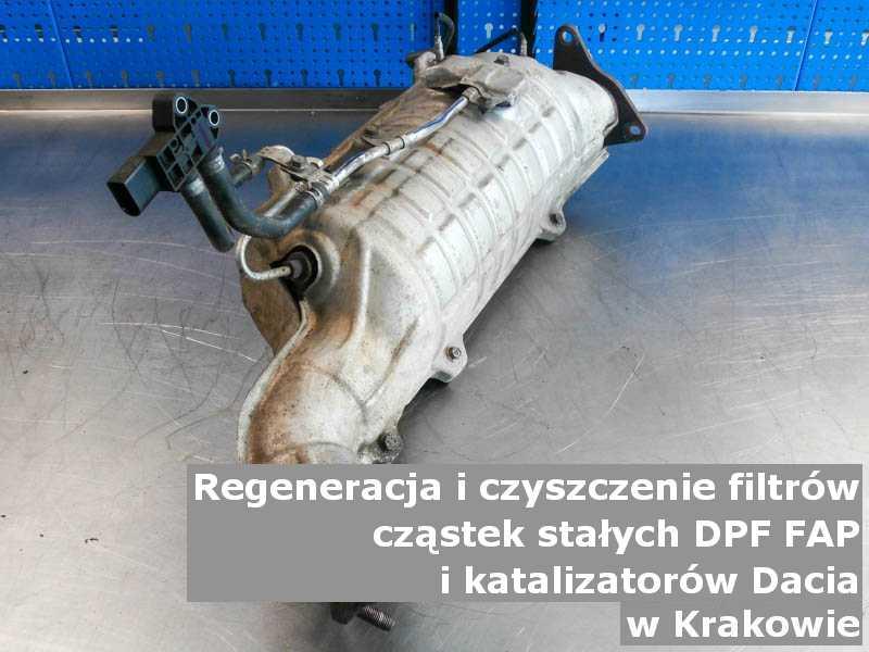 Wypalony katalizator SCR marki Dacia, na stole, w Krakowie.