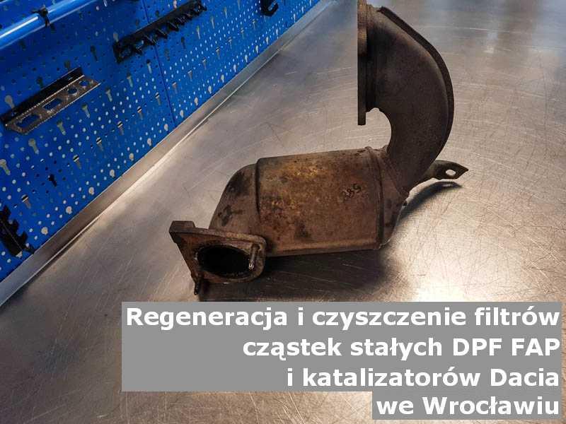 Umyty katalizator marki Dacia, w laboratorium, w Wrocławiu.