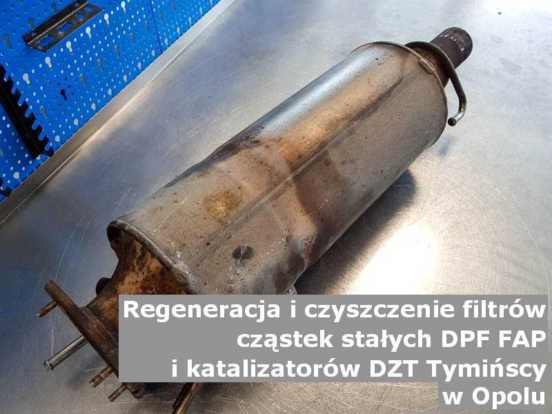 Wyczyszczony katalizator SCR marki DZT Tymińscy, na stole w pracowni regeneracji, w Opolu.