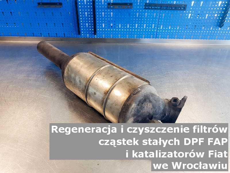 Regenerowany filtr cząstek stałych FAP marki Fiat, w pracowni regeneracji na stole, w Wrocławiu.