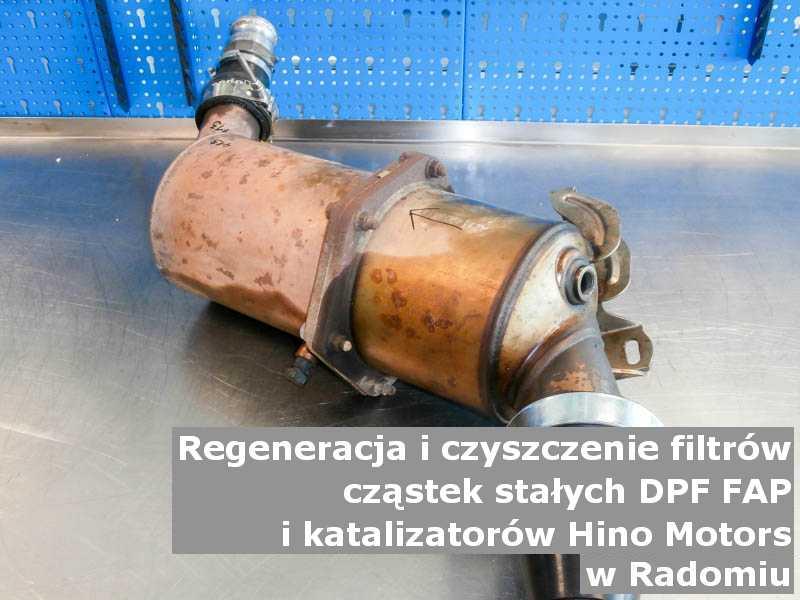 Wypalony z sadzy filtr cząstek stałych GPF marki Hino Motors, w pracowni regeneracji na stole, w Radomiu.