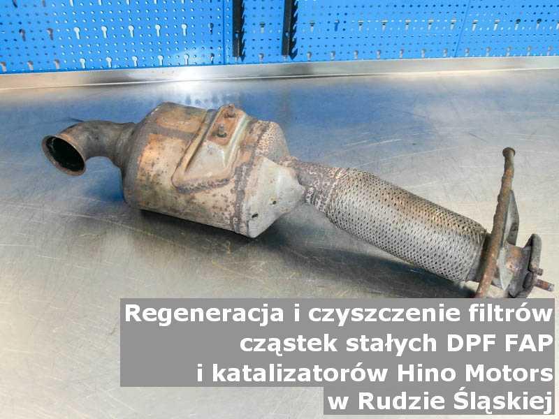 Umyty filtr FAP marki Hino Motors, w pracowni regeneracji na stole, w Rudzie Śląskiej.