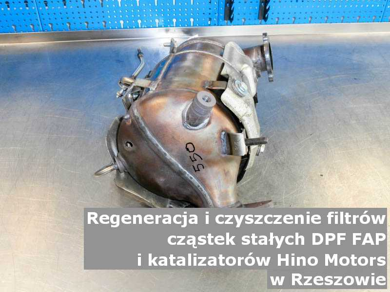 Płukany katalizator samochodowy marki Hino Motors, w warsztatowym laboratorium, w Rzeszowie.