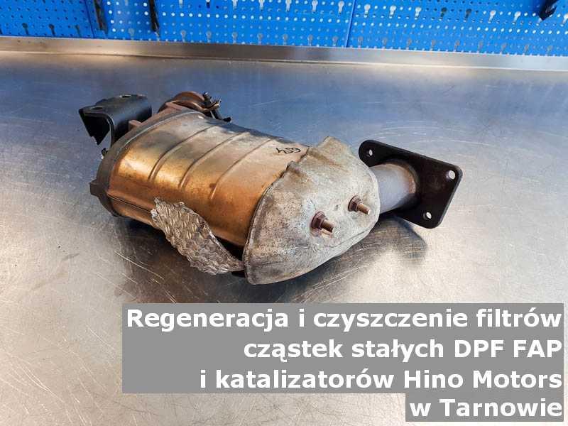 Naprawiany katalizator samochodowy marki Hino Motors, w pracowni laboratoryjnej, w Tarnowie.