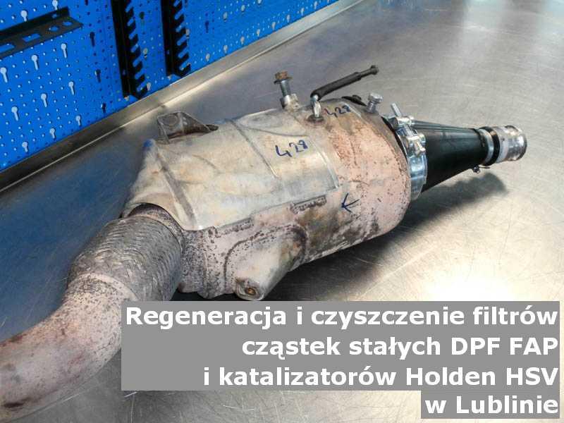 Wypalony z sadzy filtr marki Holden (HSV), w warsztacie, w Lublinie.