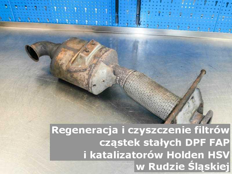 Wypalany filtr FAP marki Holden (HSV), w pracowni regeneracji na stole, w Rudzie Śląskiej.