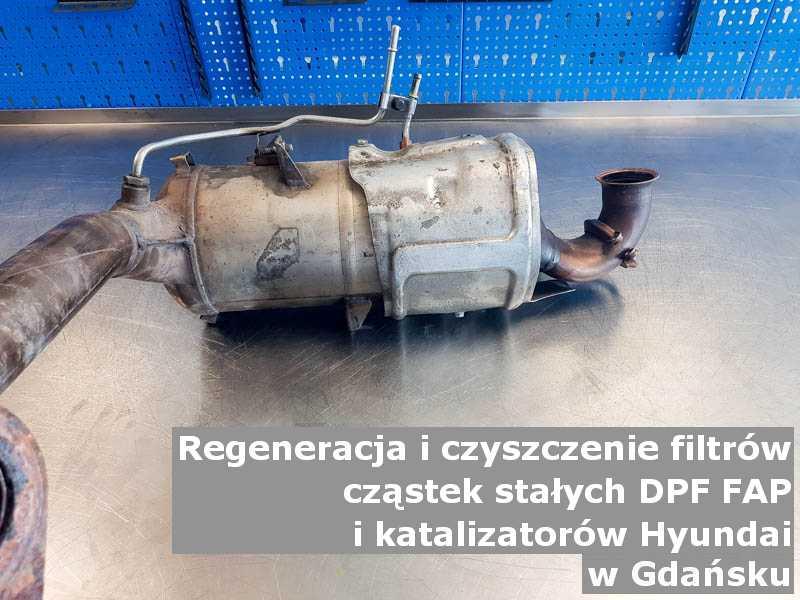 Wypalany filtr cząstek stałych DPF/FAP marki Hyundai, w warsztacie na stole, w Gdańsku.