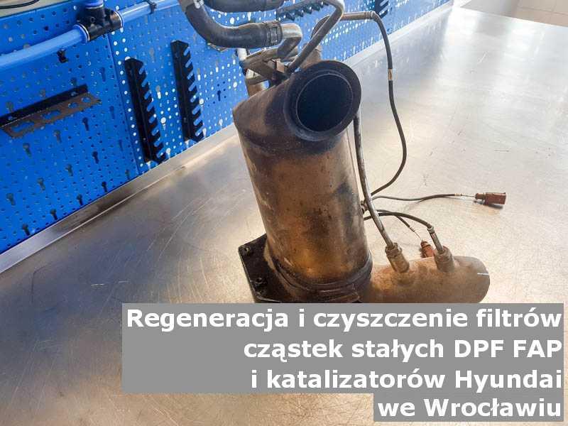 Wypalony z sadzy filtr cząstek stałych GPF marki Hyundai, w warsztacie, w Wrocławiu.