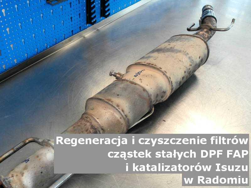 Płukany filtr FAP marki Isuzu, na stole w pracowni regeneracji, w Radomiu.