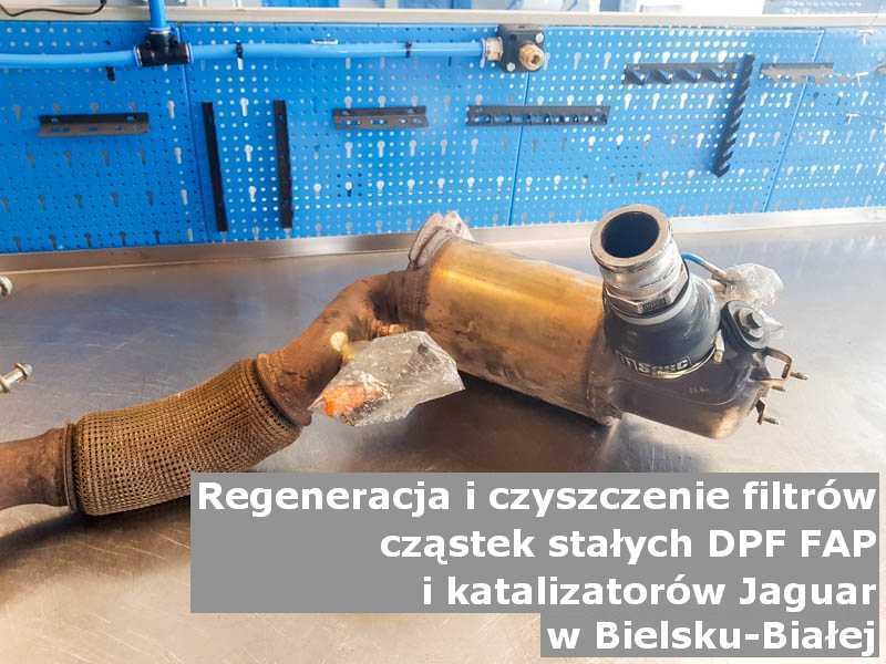 Oczyszczony filtr cząstek stałych DPF marki Jaguar, na stole w pracowni regeneracji, w Bielsku-Białej.