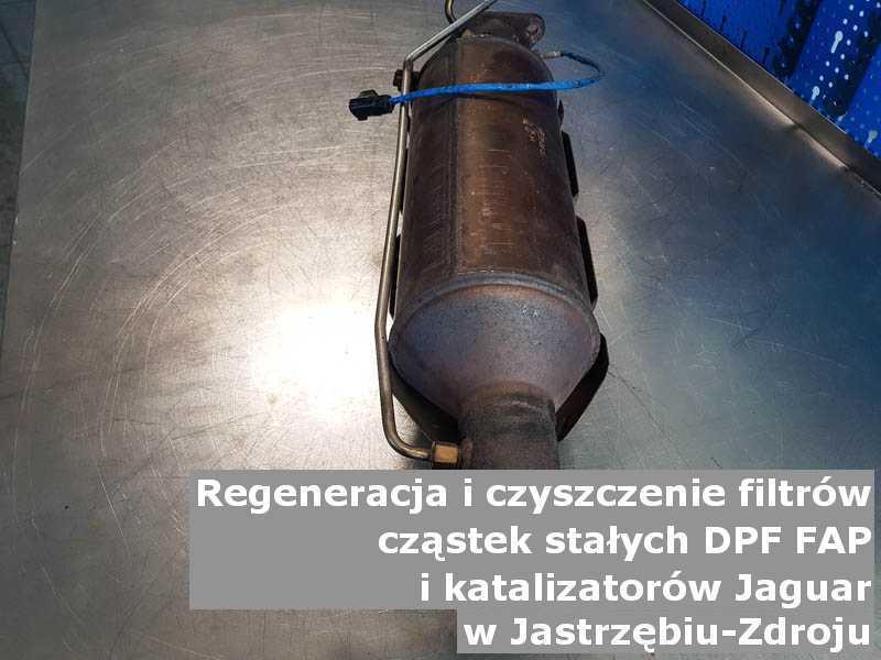 Naprawiony filtr cząstek stałych GPF marki Jaguar, w warsztacie na stole, w Jastrzębiu-Zdroju.