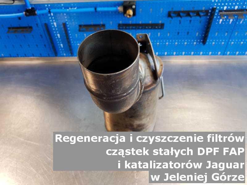 Wypłukany katalizator marki Jaguar, na stole w pracowni regeneracji, w Jeleniej Górze.