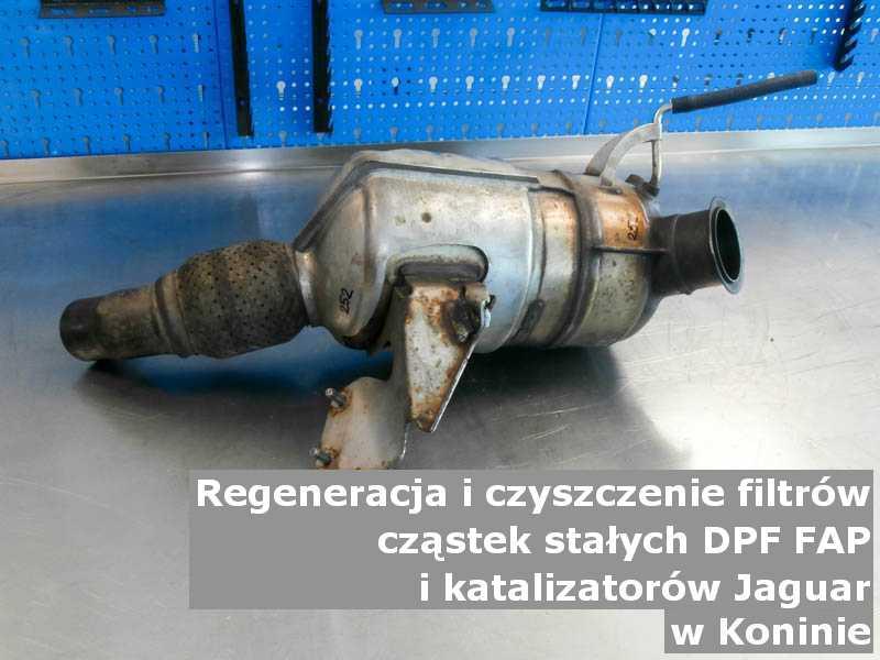 Wypalony filtr cząstek stałych FAP marki Jaguar, w pracowni regeneracji na stole, w Koninie.