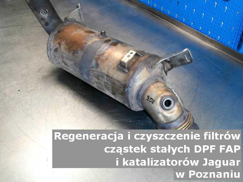 Wyczyszczony filtr cząstek stałych DPF/FAP marki Jaguar, w pracowni regeneracji na stole, w Poznaniu.
