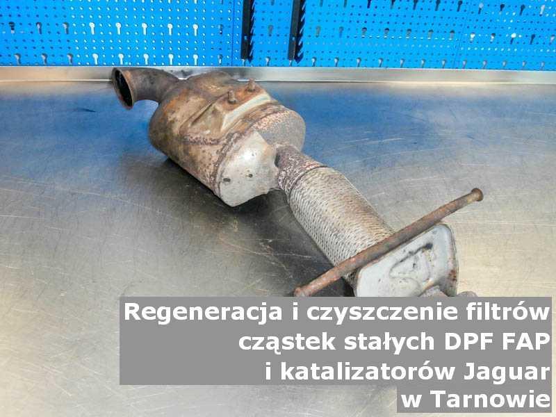 Wypalony z sadzy filtr DPF marki Jaguar, na stole w pracowni regeneracji, w Tarnowie.