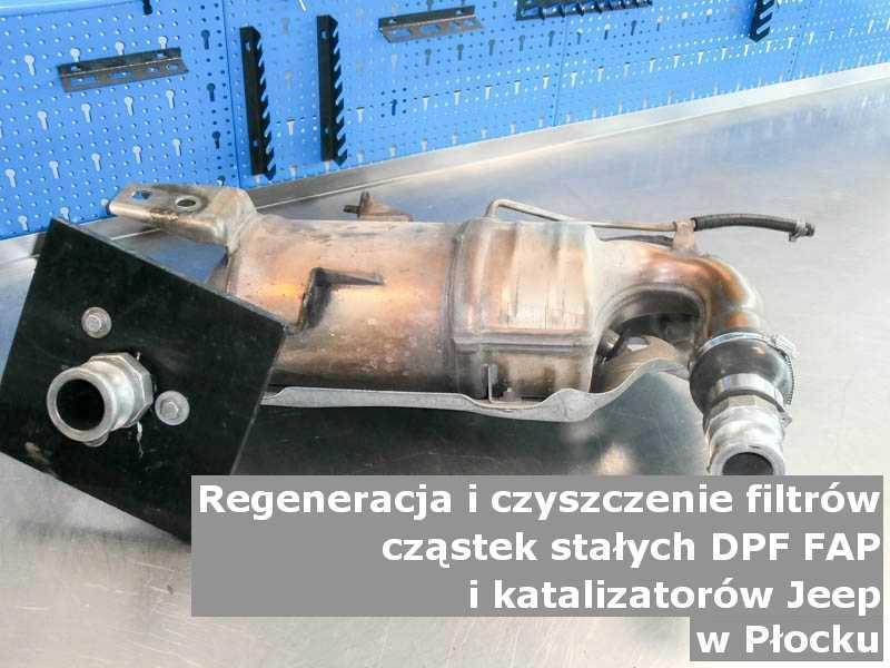 Wypalany filtr cząstek stałych FAP marki Jeep, w pracowni regeneracji na stole, w Płocku.