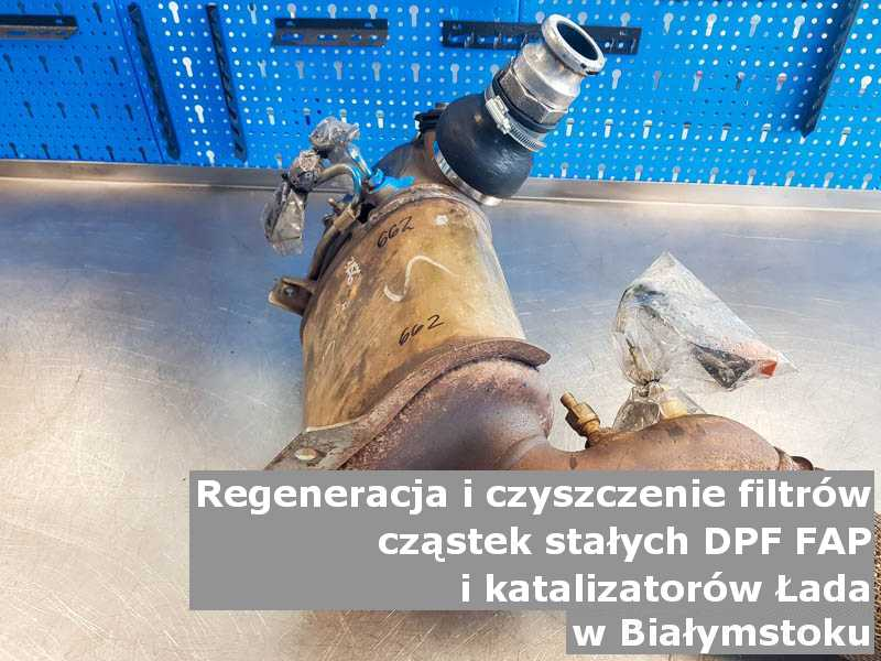 Wyczyszczony filtr FAP marki Łada, w warsztacie na stole, w Białymstoku.