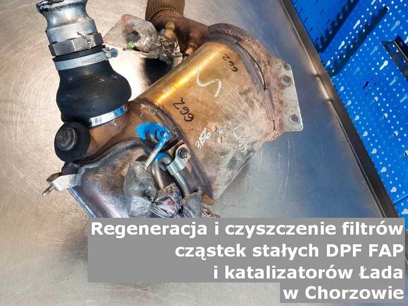 Czyszczony filtr marki Łada, w warsztatowym laboratorium, w Chorzowie.