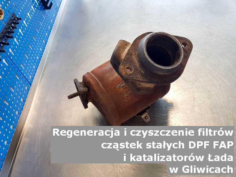Oczyszczony katalizator marki Łada, w specjalistycznej pracowni, w Gliwicach.