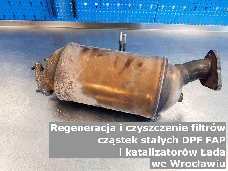 Wyczyszczony filtr cząstek stałych DPF marki Łada, w pracowni laboratoryjnej, w Wrocławiu.
