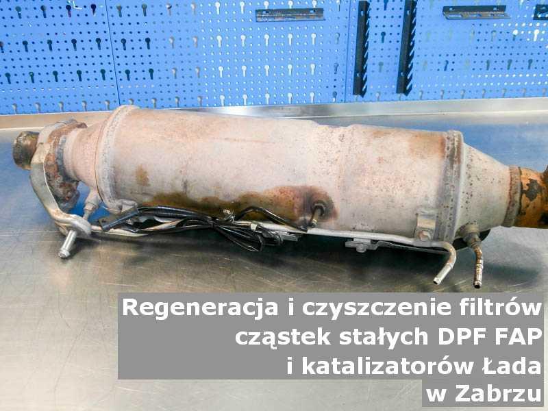 Zregenerowany katalizator samochodowy marki Łada, w pracowni, w Zabrzu.