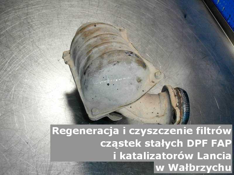 Oczyszczony filtr marki Lancia, na stole w pracowni regeneracji, w Wałbrzychu.