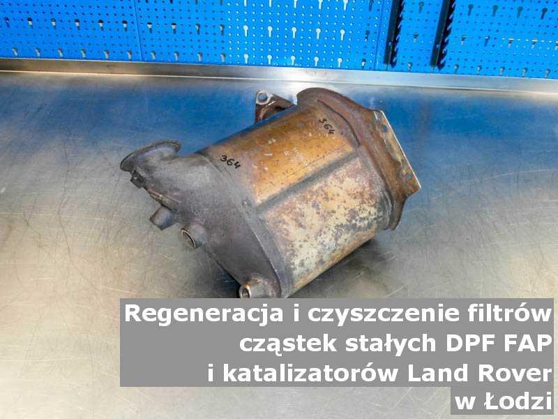 Czyszczony filtr FAP marki Land Rover, na stole w pracowni regeneracji, w Łodzi.