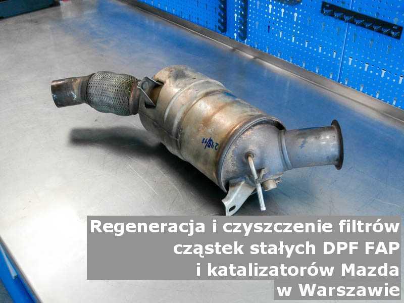 Płukany katalizator utleniający marki Mazda, w pracowni regeneracji na stole, w Warszawie.