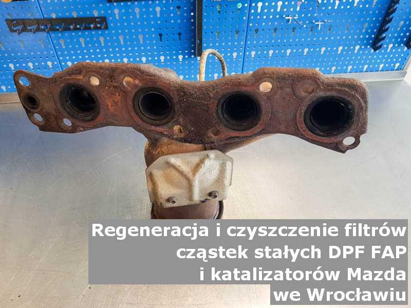 Czyszczony katalizator samochodowy marki Mazda, w specjalistycznej pracowni, w Wrocławiu.