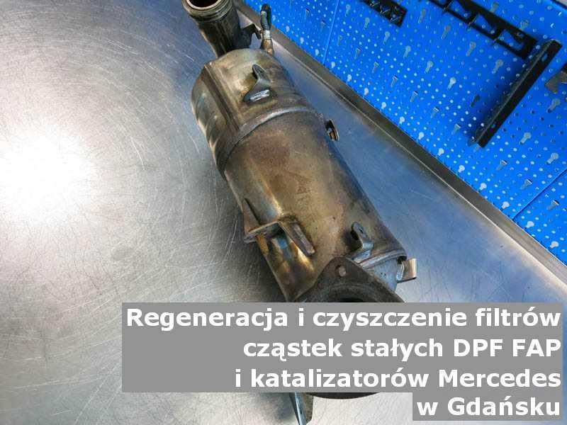 Wypalony z sadzy filtr cząstek stałych DPF marki Mercedes, na stole, w Gdańsku.