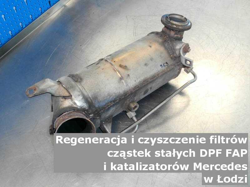 Naprawiany filtr cząstek stałych DPF marki Mercedes, w pracowni regeneracji na stole, w Łodzi.