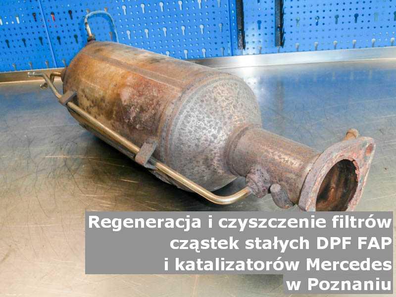 Naprawiany katalizator samochodowy marki Mercedes, w pracowni regeneracji, w Poznaniu.