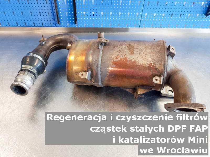 Wypalony z sadzy filtr cząstek stałych GPF marki Mini, w warsztacie, w Wrocławiu.