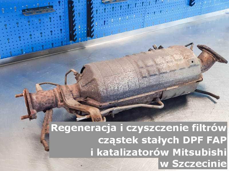 Oczyszczony katalizator samochodowy marki Mitsubishi, w pracowni regeneracji na stole, w Szczecinie.