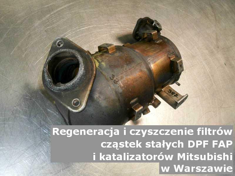 Oczyszczony filtr cząstek stałych FAP marki Mitsubishi, w pracowni regeneracji na stole, w Warszawie.