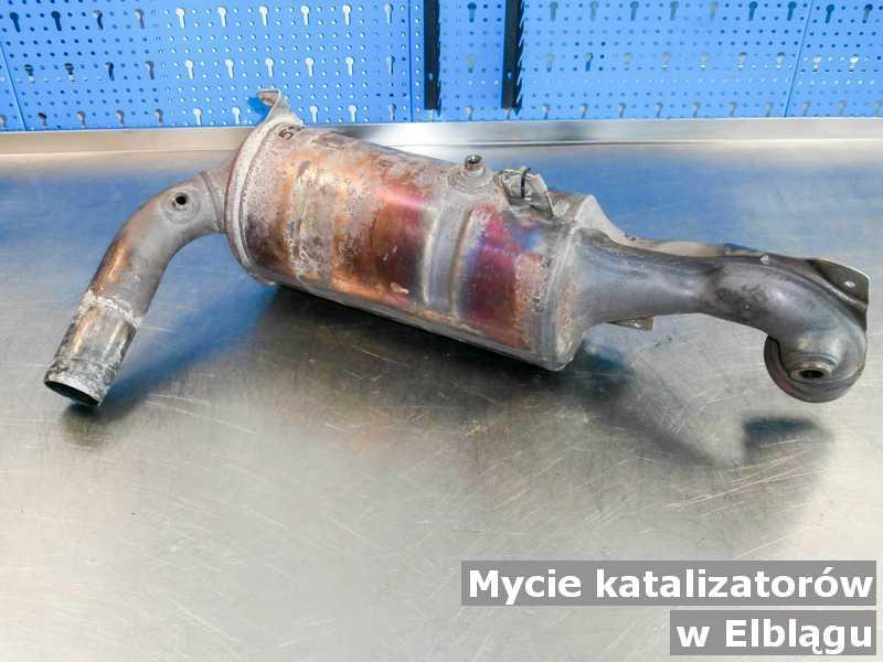 Katalizator SCR z Elbląga po myciu, przysłany do pracowni w warsztatowym laboratorium.