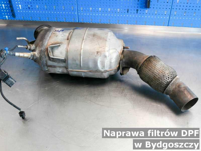 Po naprawie filtr cząstek stałych pod Bydgoszczą zregenerowany w pracowni na stole.