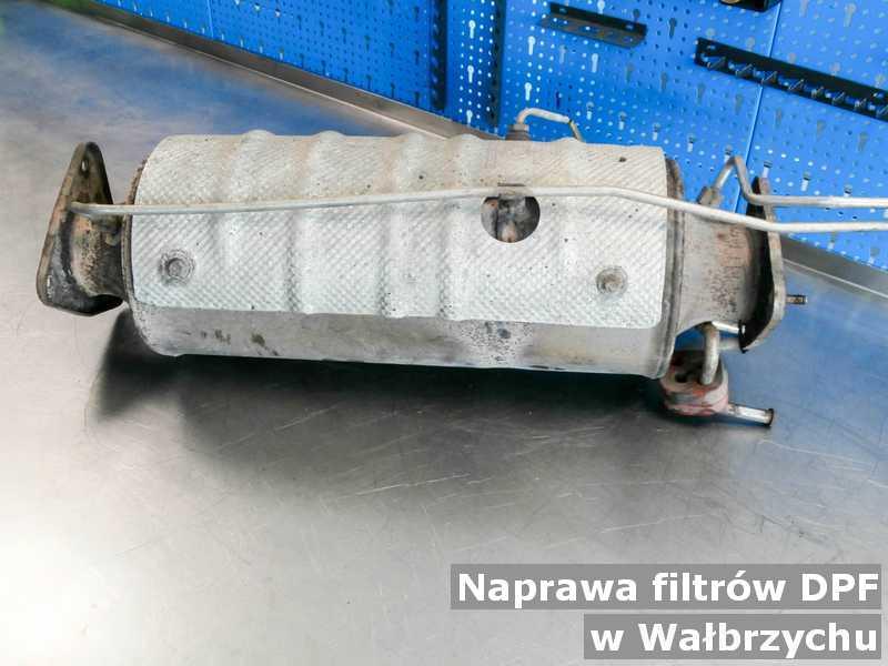 W naprawie filtr czastek stałych DPF pod Wałbrzychem przed wysyłką w warsztacie samochodowym.