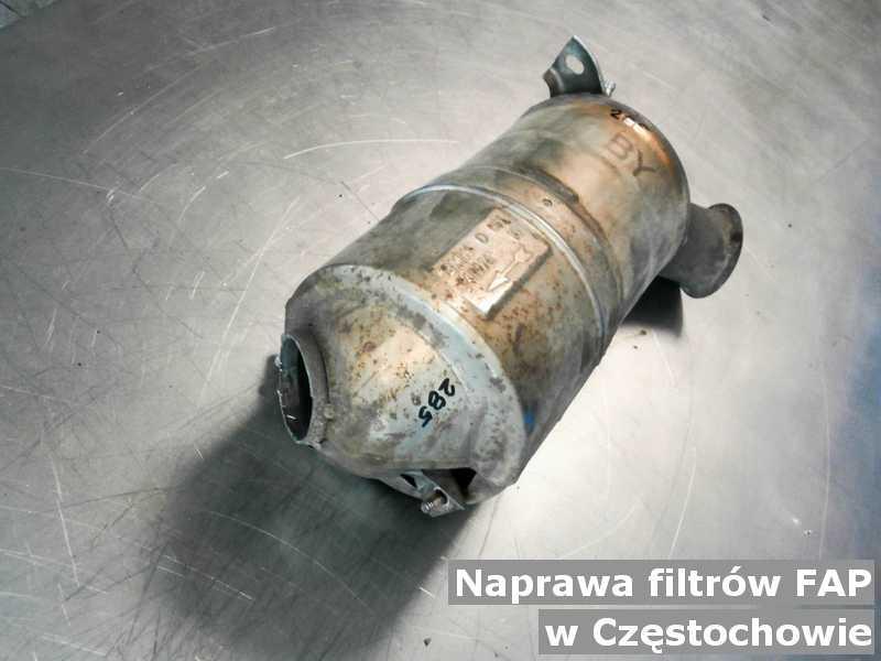 W naprawie filtr cząstek stałych w Częstochowie wyczyszczony na stole.