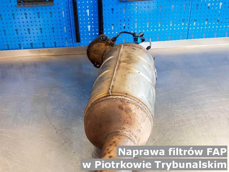 W naprawie filtr czastek stałych FAP z Piotrkowa Trybunalskiego gotowy w pracowni na stole.
