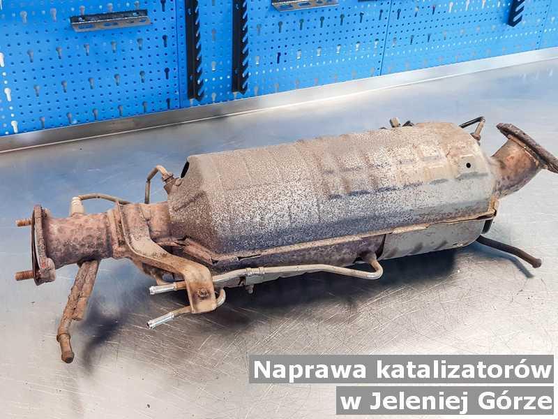 Naprawiany katalizator SCR w Jeleniej Górze przygotowywany w warsztacie samochodowym.