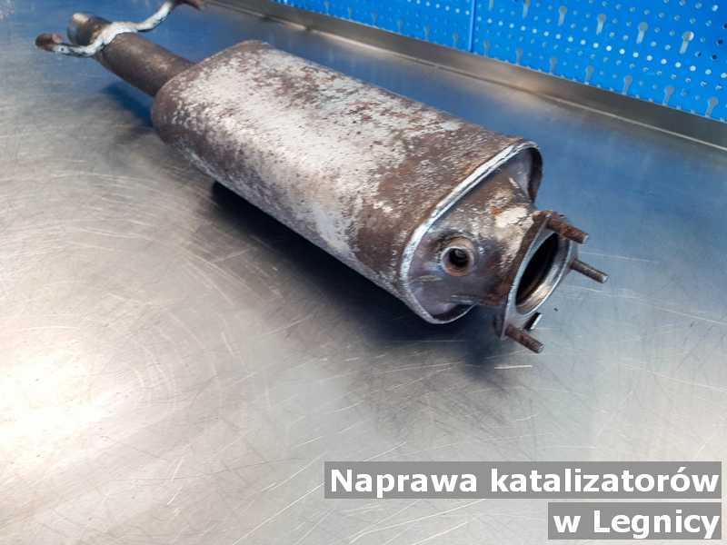 Po naprawie katalizator z Legnicy przed wysyłką w pracowni na stole.