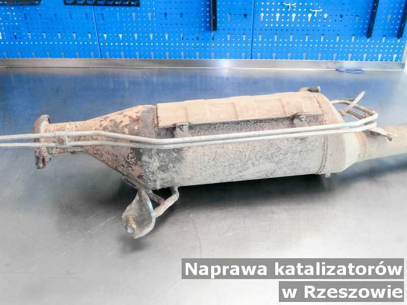 Naprawiony katalizator pod Rzeszowem po czyszczeniu na stole.